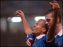 Robert Earnshaw is congratulated by Peter Thorne