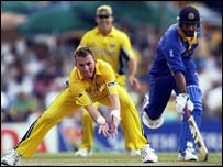 Brett Lee tries to run out Marvan Atapattu