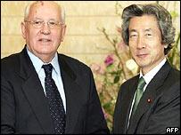 Mikhail Gorbachev (L) meets Japanese Prime Minister Junichiro Koizumi (R), AFP
