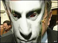 Berezovsky leaves court in Putin mask