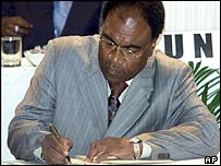 Congolese Foreign Minister Leonard She Okitundu signing the deal