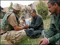 US soldier with captive Iraqis