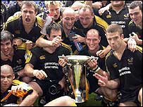 Wasps players celebrate victory with the Parker Pen Cup