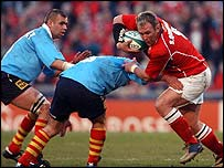 Llanelli's Scott Quinnell finds a gap in the Perpignan defence