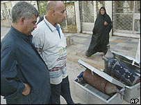 Baghdad residents inspect looted treasure