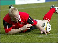 Saracens Tom Shanklin just fails to score a try