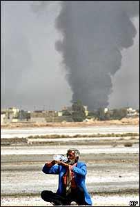 Iraqi man drinks on battlefield   AP