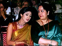 Shilpa Shetty (L) and mother Sunanda