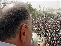INC leader Ahmed Chalabi addresses a crowd in Nasiriyah