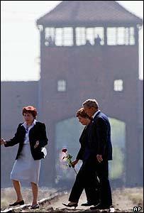 Teresa Swiebocka shows President Bush and his wife around Auschwitz-Birkenau