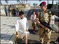 Members of 1 Para with children in Qurna