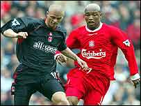 Paul Konchesky and El-Hadji Diouf battle for the ball