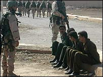 US soldiers guard Iraqi policemen
