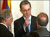 President Alvaro Uribe (centre)
