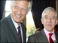 UK Foreign Secretary Jack Straw (r) with his French counterpart Dominique de Villepin