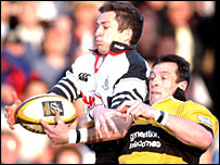 Pontypridd wing Gareth Wyatt beats Wasps' former Wales scrum-half Rob Howley to the ball