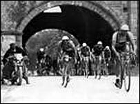 Cyclists battle it out during the 1930s