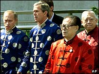 Ex-President Jiang Zemin (right) shows off Shanghai, Apec summit, 2001