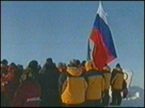 Polar explorers hoist the Russian flag on the floe in April 2003 (image: Russian TV)