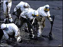 Spanish troops clean up oil from the Prestige
