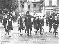 Pupils with a police officer in the 1950s, photo from Wandsworth Council