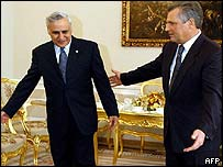 Israeli President Moshe Katsav (l) is welcomed by Polish President Aleksander Kwasniewski