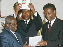 Domitien Ndayizeye (l) receives documents from Pierre Buyoya (r)