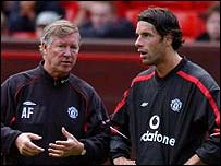 Ruud van Nistelrooy discusses tactics with manager Sir Alex Ferguson