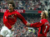 Ruud van Nistelrooy celebrates with David Beckham after putting Manchester United 3-1 up