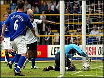 Evertons Richard Wright fumbles a free-kick from Fulham's Steed Malbranque