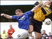 Everton's Wayne Rooney challenges Fulham's Maik Taylor