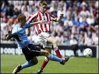 Reading's Steve Sidwell (left) and James O'Connor of Stoke tangle at the Brittania Stadium