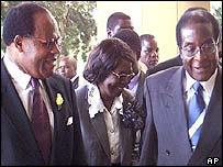 Presidents Bakili Muluzi (l) and Robert Mugabe (r)