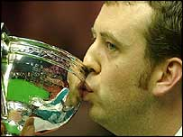 Mark Williams kisses the trophy