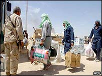 Iraqi POWs leave camp near Umm Qasr