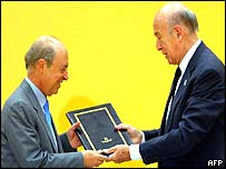 Greek Prime Minister Costas Simitis receives a copy of the draft constitution from Valery Giscard D'Estaing