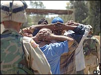 US soldiers guard captured looters in Baghdad