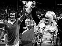 Helen the Bell parades the League Cup with Asa Hartford after City's 1976 triumph