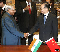 Indian PM Atal Behari Vajpayee (l) and Chinese PM Wen Jiabao (r)
