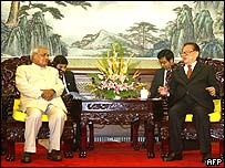 Atal Behari Vajpayee (l) and Jiang Zemin