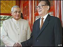 Indian Prime Minister Atal Behari Vajpayee (l) meets Jiang Zemin