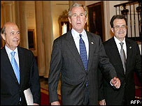 US President George W Bush (c) walks with Greek Prime Minister and President of the European Union Costas Simitis (l) and European Commission President Romano Prodi (r)