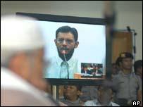 Faiz bin Abu Bakar Bafana giving his testimony, with Abu Bakar Ba'asyir in the foreground