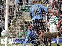 Henrik Larsson puts Celtic 1-0 up
