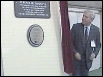 Dafydd Wigley unveiling a plaque to mark the opening