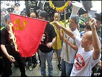 Hong Kong protesters burn Chinese flag