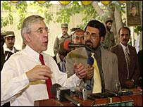 Jack Straw (L) delivers a speech to tribal elders at the Governor of Kandahar's compound in Kandahar