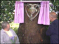Lesley and Terry Payne unveil the memorial