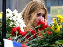A person cries for Moscow theatre siege victim