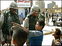 US soldiers talk to Iraqi children